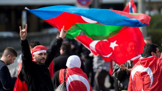 Ein Mann mit türkischen Fahnen