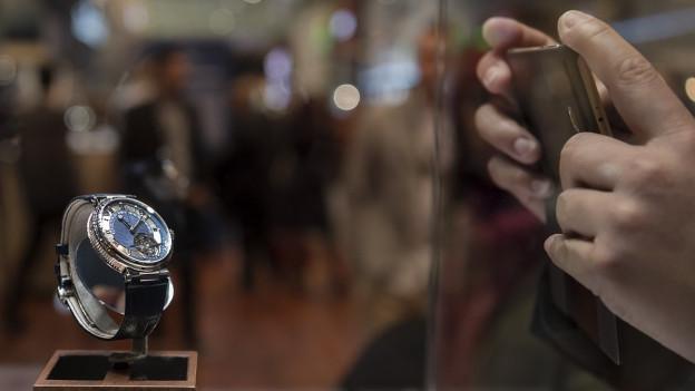 Uhr wird mit Handy fotografiert