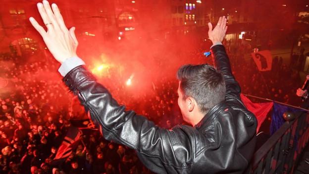 FCB-Spieler Davide Calla auf dem Balkon des Stadtcasinos.