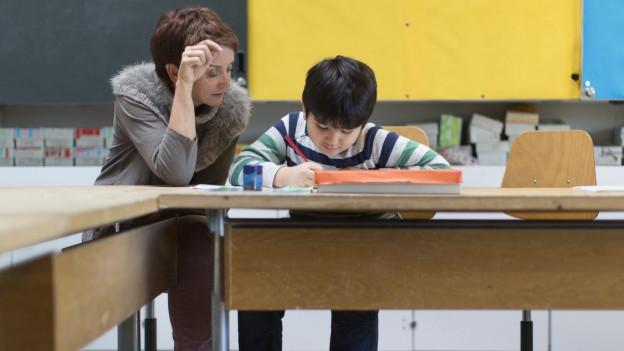 Lehrerin hilft Schüler