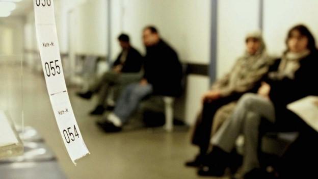 Warten vor dem Sozialamt