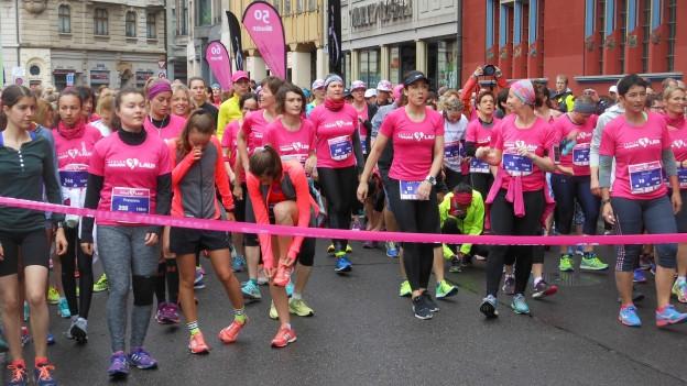 Hunderte Mädchen und Frauen am ersten Basler Frauenlauf.