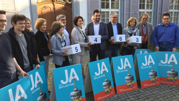SP Vertreter mit Schachtel vor Regierungsgebäude
