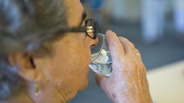 Genug trinken ist gerade für ältere Menschen wichtig.