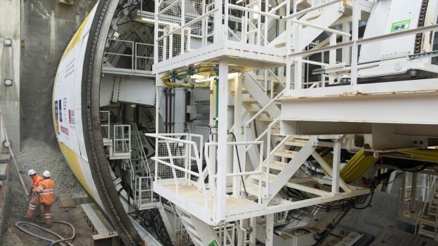 Die Tunnelbohrmaschine S-947 frisst sich durchs Gestein.
