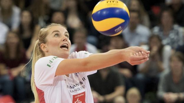 Eine Frau spielt Volleyball