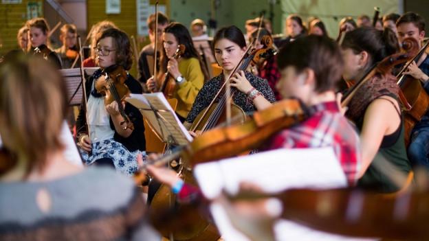 Musiker spielen in einem Orchester