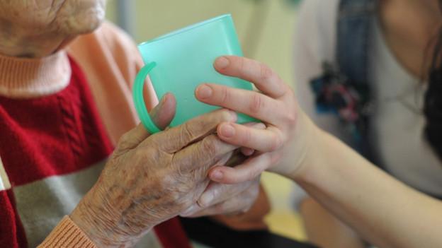 Das neue Pflegegesetz soll die Alters- und Heimpflege straffer regeln.