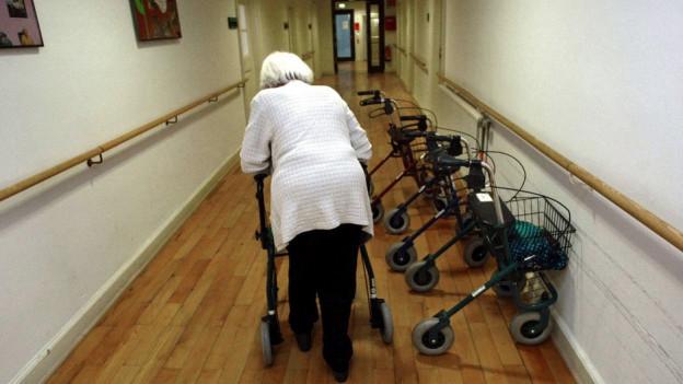 Alte Frau mit Rollator