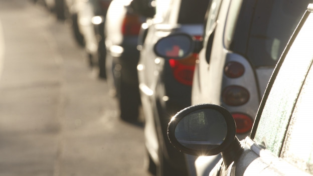 Wegen parkierten Autos kommt es in Seltisberg immer wieder zu gefährlichen Situationen.