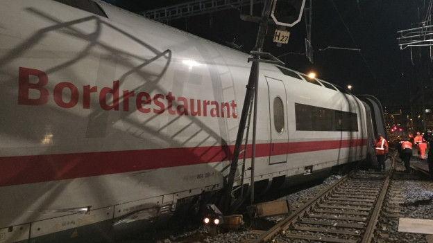 Drei Wagen des ICE-Zuges sprangen aus den Gleisen.