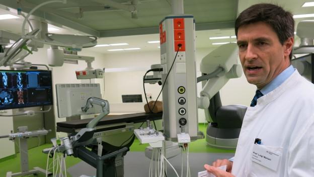 Chef-Neurochirurg Mariani erläutert den neuen OP