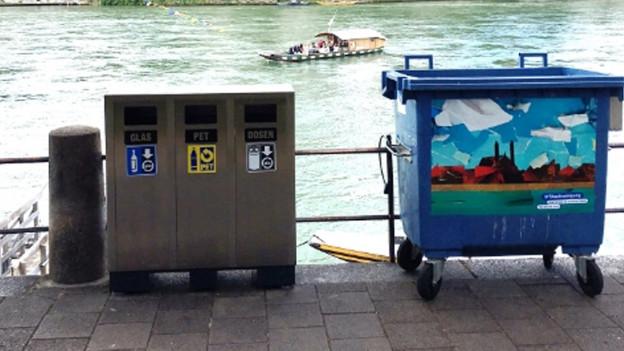 Eine Recycling-Stationen steht neben einer Mülltonne