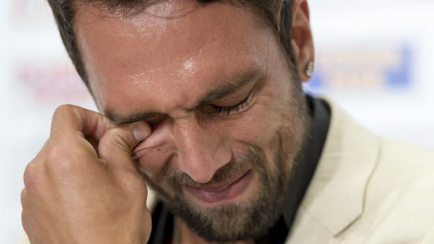 Während der Pressekonferenz wurde Matias Delgado von seinen Gefühlen überwältigt.