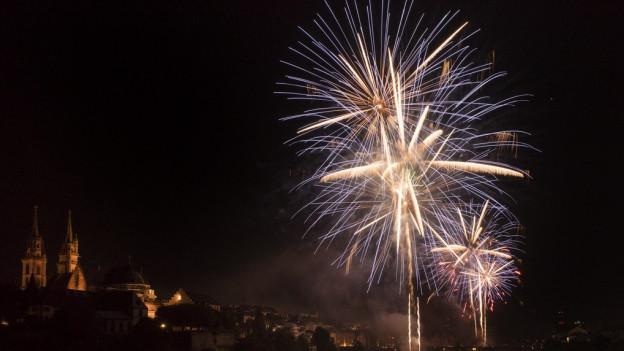 Das Feuerwerk am Rhein wird von zwei Schiffen abgefeuert.