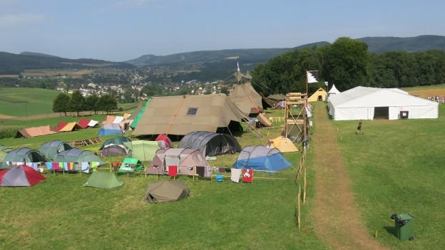 Lager mit mehreren Zelten