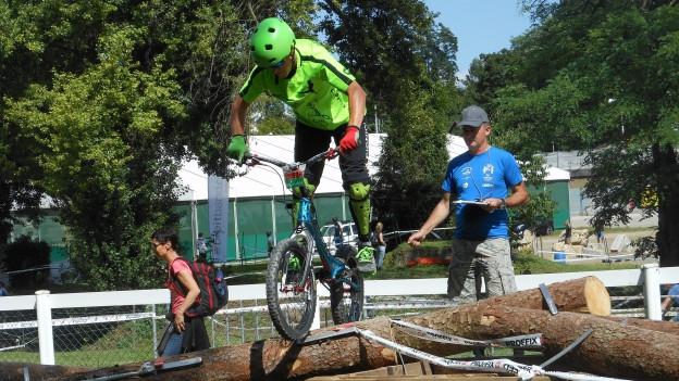 Ob auf Baumstämmen oder Lastwagenreifen: Die Teilnehmer des Parcours brauchen viel Gleichgewicht.