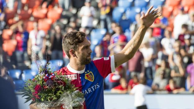 Delgado mit Blumenstrauss winkt den Fans