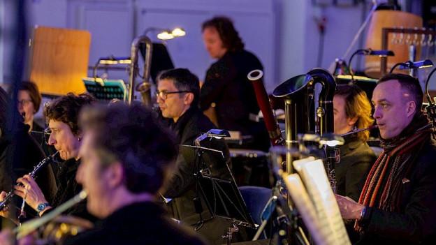 Orchestermitglieder beim Spielen