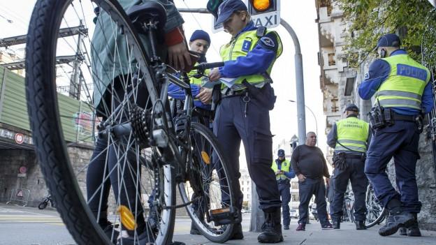 Velofahrer wird von Polizistin kontrolliert