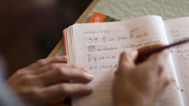 Heft, in dem ein Sprachschüler Übungen macht.