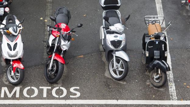 Parkplätze für Roller und Töffs sollen gratis bleiben in Basel