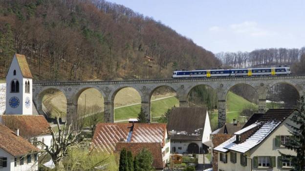 Ein Zug überquert das Viadukt bei Rümlingen.