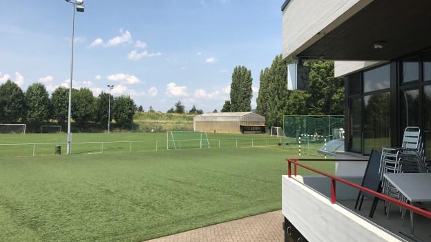 Steht zum Verkauf: Der Fussballplatz Landauer an der Grenze zu Riehen.