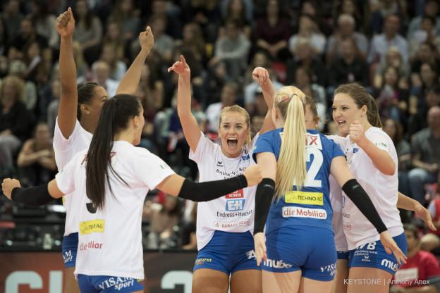 Jubelnde Volleyballerinnen von Sm'Aesch Pfeffingen