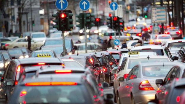 Mit längeren Rotphasen regelt Basel den Strassenverkehr.