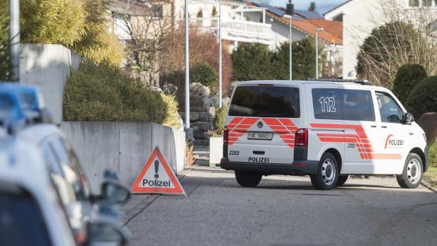 Polizei-Sperrzone vor einem Haus