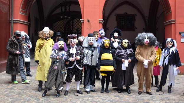 Grossräte und Grossrätinnen im Kostüm posieren im Rathaushof