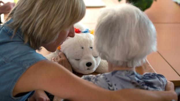 Eine Frau kümmert sich um eine ältere Frau