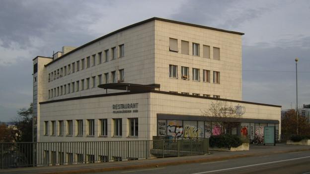 Rialto-Gebäude von der Birsigbrücke