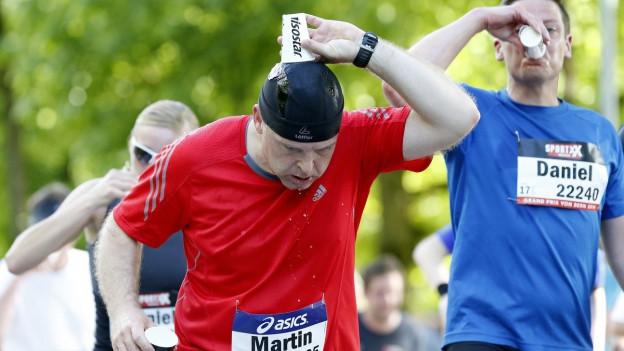 Wer sich sportlich betätigt, sollte 4 bis 8 dl zusätzlich trinken