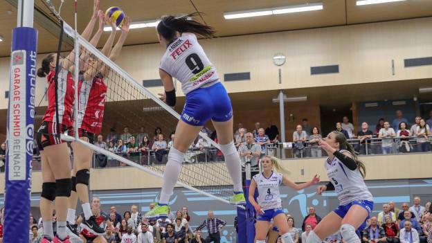 Eine Spielerin von Sm'Aesch Pfeffingen spielt einen Angriffsball.