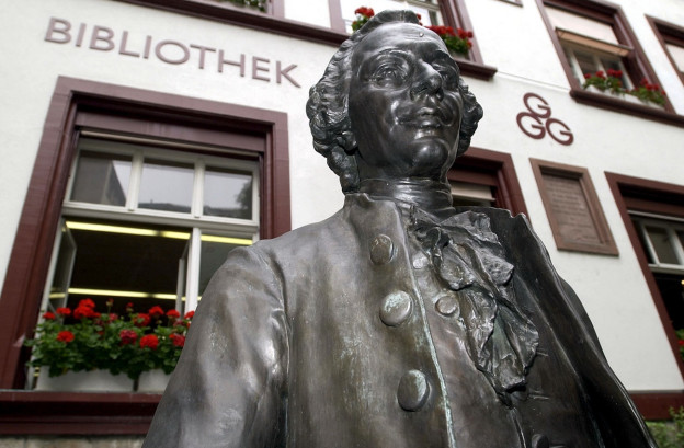 Die Statue des Gruenders der GGG, Isaak Iselin (1728-1782), steht vor dem Hauptsitz der GGG.