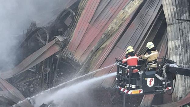 Feuerwehr bleibt bis Montagmorgen im Einsatz