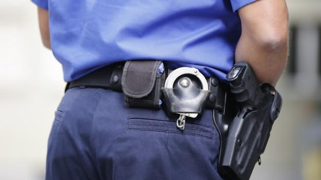 Ein Polizeiangestellter steht vor dem Basler Strafgericht