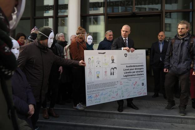 Papierlose überreichen ihre Forderungen dem Basler Sicherheitsdirektor Baschi Dürr.