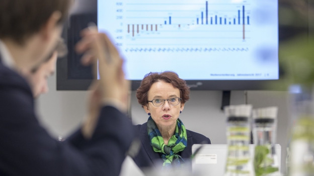 Eva Herzog vor einem Bildschirm