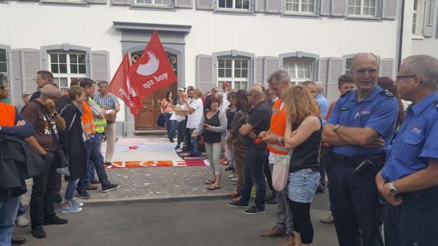 vpod-Mitglieder demonstrieren vor dem Landrat