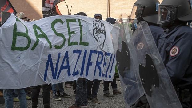 Demonstranten und Polizei in Basel