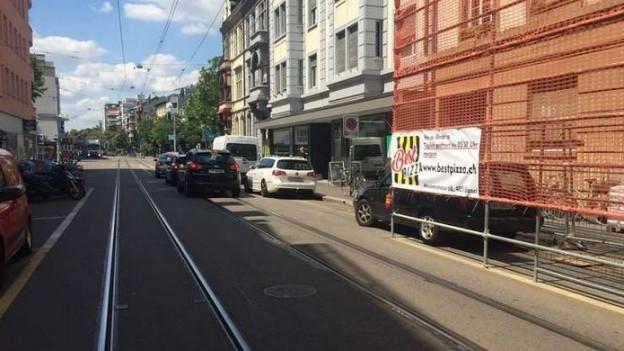 enge Strasse mit parkierten Autos
