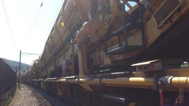 Eine riesige Zugmaschine hilft bei den Arbeiten bei Gelterkinden.