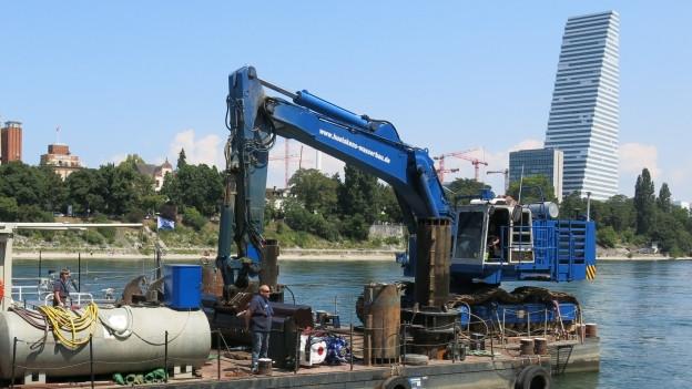 Mit dem Bagger wird die Schifffahrtsrinne im Rhein vertieft.