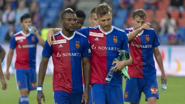 Die enttäuschten Basler Geoffroy Serey Dié und Silvan Widmer verlassen den Platz nach dem ersten Meisterschaftsspiel.