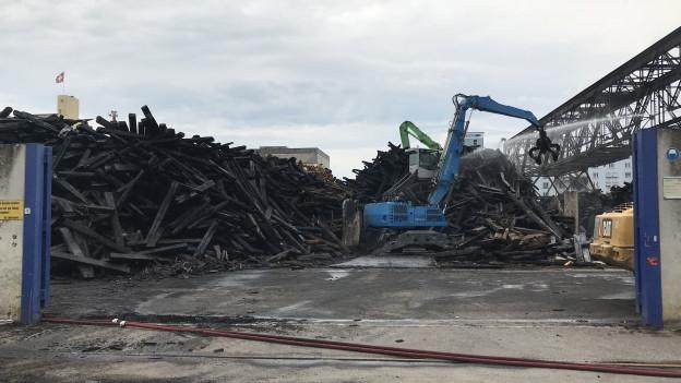 Beim Hafen brannten 2000 Tonnen kontaminierte Bahnschwellen.