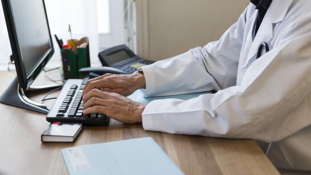 Der Arzt erfasst Dossier der Patienten in Zukunft vermehrt im Computer