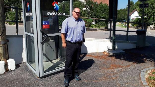 Der Vizepräsident vor der Telefonkabine - die bald Geschichte ist
